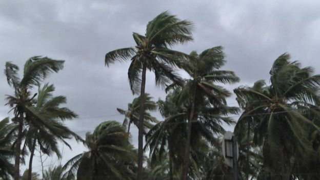 बंगाल की खाड़ी से उठा तूफान 'फोनी' ओडिशा पहुंच गया है। सुबह करीब आठ बजे यह तूफान ओडिशा के पुरी तट से टकराया। इस तूफान के प्रभाव से ओडिशा में कई इलाकों में इस समय तेज बारिश हो रही है। फोनी के मद्देनजर करीब 11 लाख लोगों को सुरक्षित स्थानों पर पहुंचा जा चुका है। तूफान फोनी के असर से 170-180 किमी प्रति घंटे तक की हवाएं चल रही हैं। पुरी समुद्र तट पर लोगों को समुद्र में न जाने की चेतावनी दी जा रही है। सभी तटीय हवाई अड्डों को यह सुनिश्चित करने के लिए अलर्ट जारी किया है कि तूफान फोनी के मद्देनजर सभी सावधानियों को लागू किया जाए। चक्रवाती तूफान फोनी के मद्देनजर एनडीआरएफ की टीम श्रीकाकुलम के इच्छापुरम पहुंची। तूफान के खतरे को देखते हुए राज्य में स्कूल, कॉलेजों और सरकारी कार्यालयों को बंद कर दिया गया है। तूफान के प्रभाव से हवाई सेवाओं पर भी असर पड़ा है। भुवनेश्वर हवाई अड्डे को भी एहतियात आज रात बारह बजे तक के लिए बंद कर दिया गया है। भद्रक-विजियानगरम सेक्शन के कोलकाता-चेन्नई रूट की सभी ट्रेनों को 4 मई तक के लिए रद्द कर दिया गया है। इस तूफान के ओडिशा में टकराने के बाद 150 किलोमीटर प्रति घंटे की रफ्तार से प. बंगाल के तटीय इलाकों की ओर रुख करने की संभावना है। लिहाज़ा तूफान के मार्ग में आने वाले ज़िलों में स्कूल बंद रहेंगे। हालात की गंभीरता के मद्देनजर तीनों राज्यों में सेना और वायु सेना की इकाइयों को चौकस रखा गया है। संभावित स्थिति से निपटने को लेकर संबंधित राज्यों और केंद्र सरकार के तमाम विभागों की तैयारियों की समीक्षा बैठकों का दौर भी जारी है। कैबिनेट सचिव पी के सिन्हा ने चक्रवाती तूफान फोनी के रास्ते में आने वाले क्षेत्रों से लोगों को निकालने और उनके लिए भोजन, पेयजल और दवाईयों जैसी आवश्यक सामग्री की पर्याप्त मात्रा बनाए रखने के लिए सभी आवश्यक उपाय करने के निर्देश दिये हैं। राज्य और केंद्र की तैयारियों की समीक्षा के लिए राष्ट्रीय आपदा प्रबंधन समिति की बैठक में उन्होंने तूफान से उत्पन्न स्थिति से निपटने के लिए सभी संबंधित एजेंसियों को आवश्यक सेवाओं को सुनिश्चित करने के लिए पर्याप्त तैयारी रखने की सलाह दी। भारतीय तटरक्षक और नौसेना ने राहत और बचाव कार्यों के लिए जहाजों और हेलीकॉप्टरों को तैनात किया है। एनडीआरएफ ने आंध्र प्रदेश में 12, ओडिशा में 28 और पश्चिम बंगाल में छह दलों को तैना